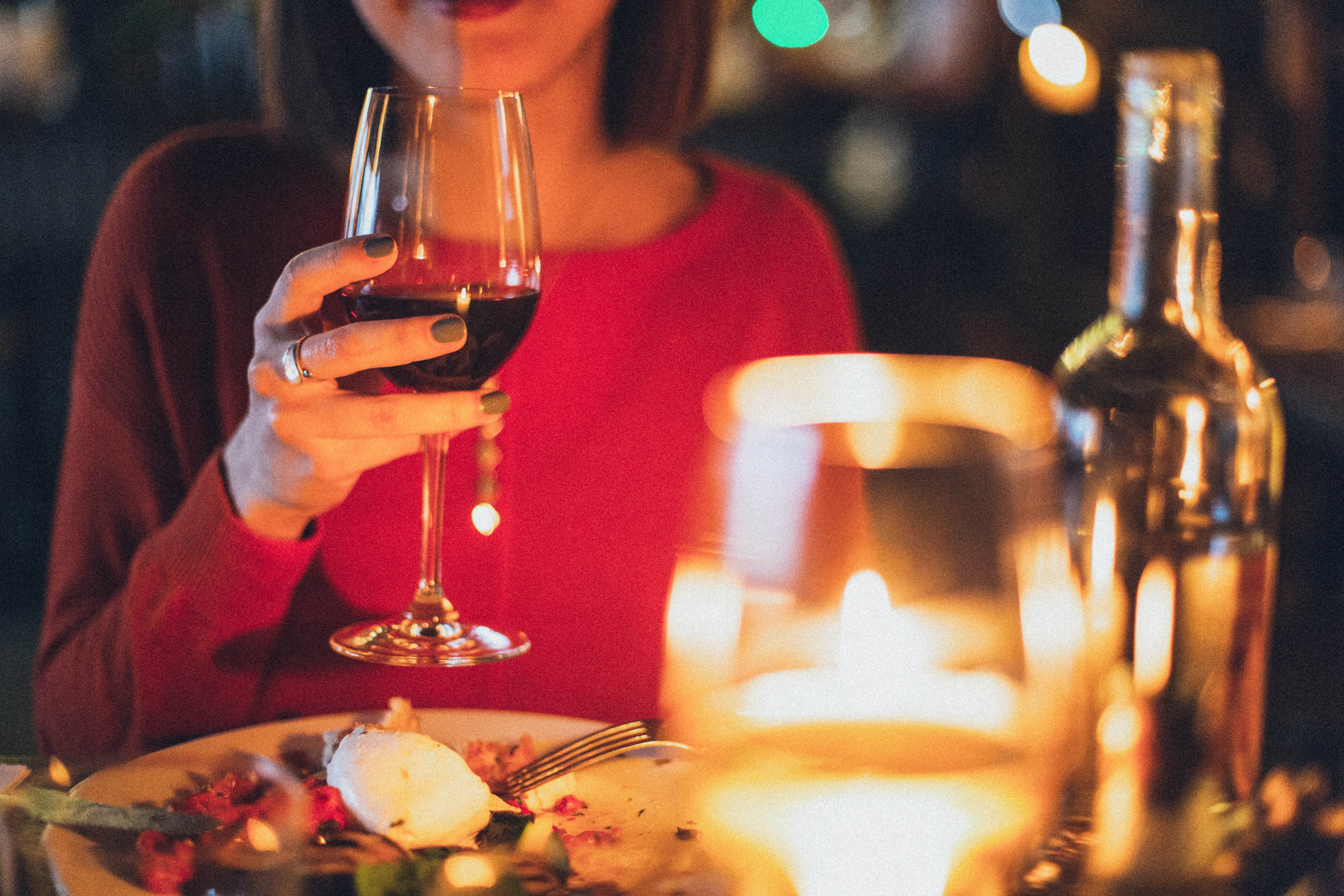 While waiting for her friends at the restaurant, the woman drank wine to while away time.   Photo: Pexels/Elina Sazonova
