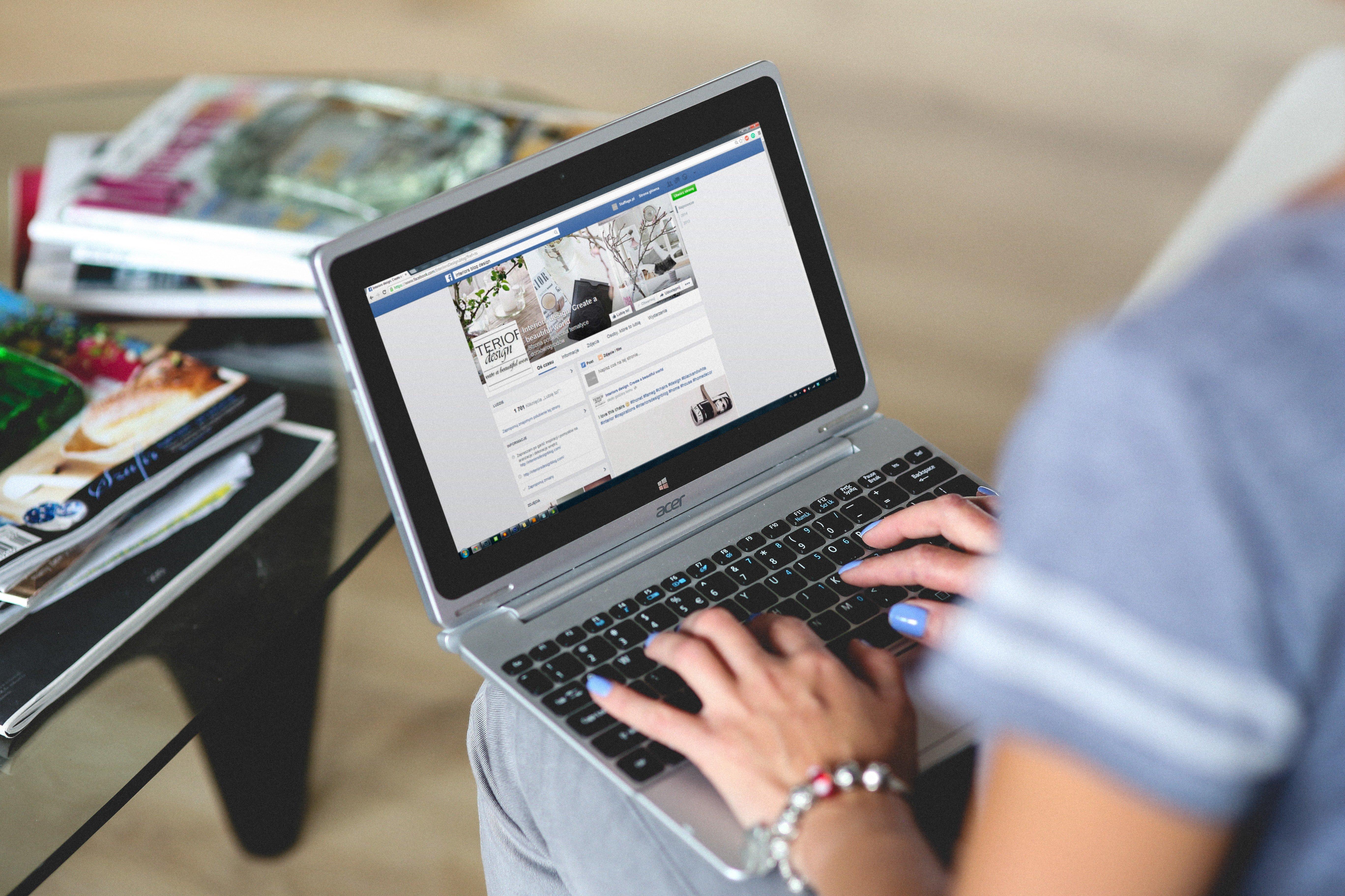 Une femme tapant sur un ordinateur portable. l Source: Pexels