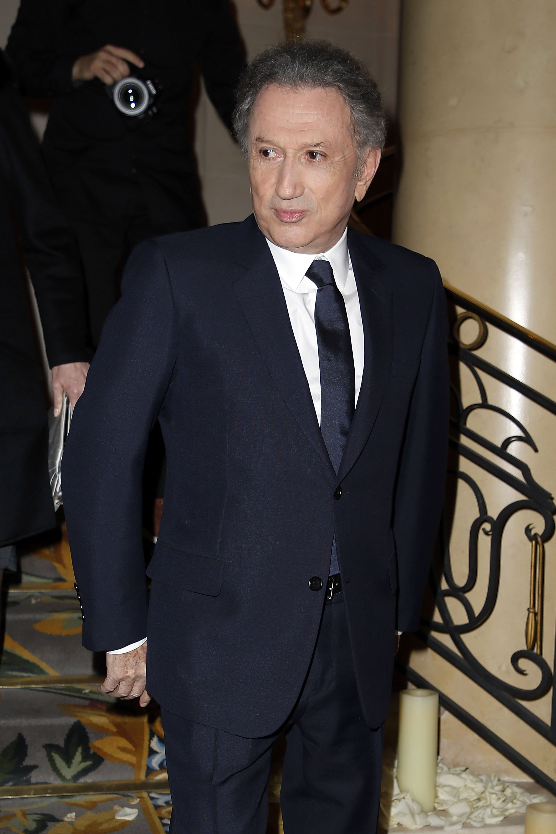 "Michel Drucker assiste au Gala de bienfaisance de ""La Recherche en Physiologie"" au Four Seasons Hotel George V le 13 mars 2017 à Paris, France. 