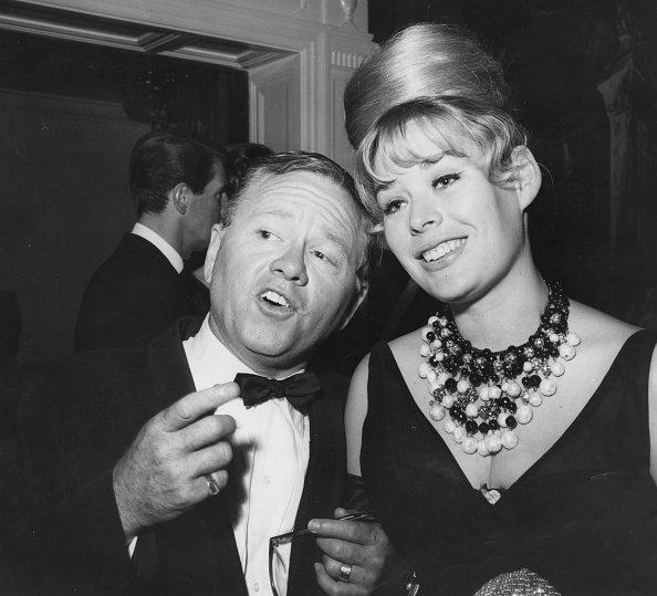 Mickey Rooney y Barbara Thomason en Cocoanut Grove en Hollywood, Calfornia, el 22 de junio de 1962. | Imagen: Getty Images