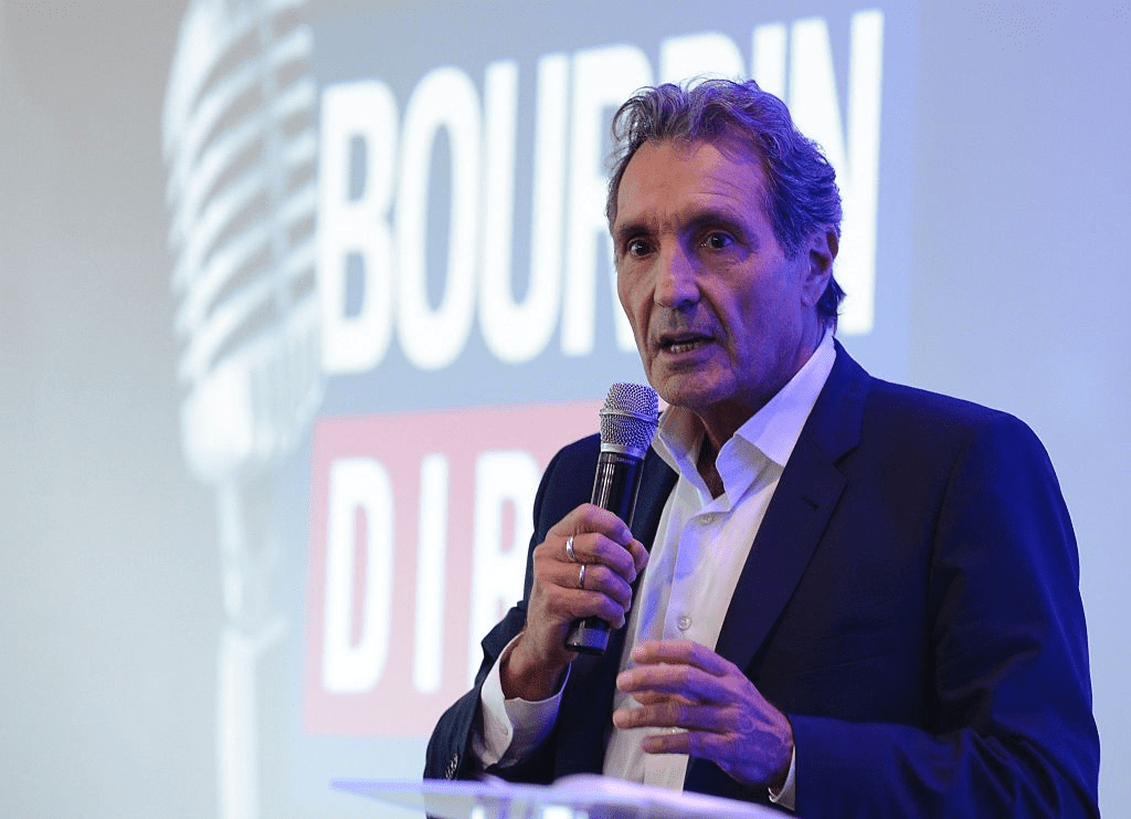 Le journaliste français Jean-Jacques Bourdin lors de la conférence de presse de l'émission NextRadio TV à Paris le 6 septembre 2016. | Photo : Getty Images