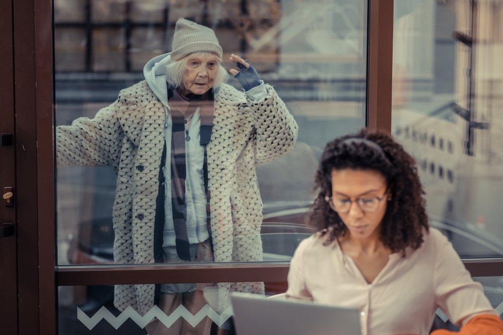 Mujer mayor aislada socialmente. Fuente: Shutterstock