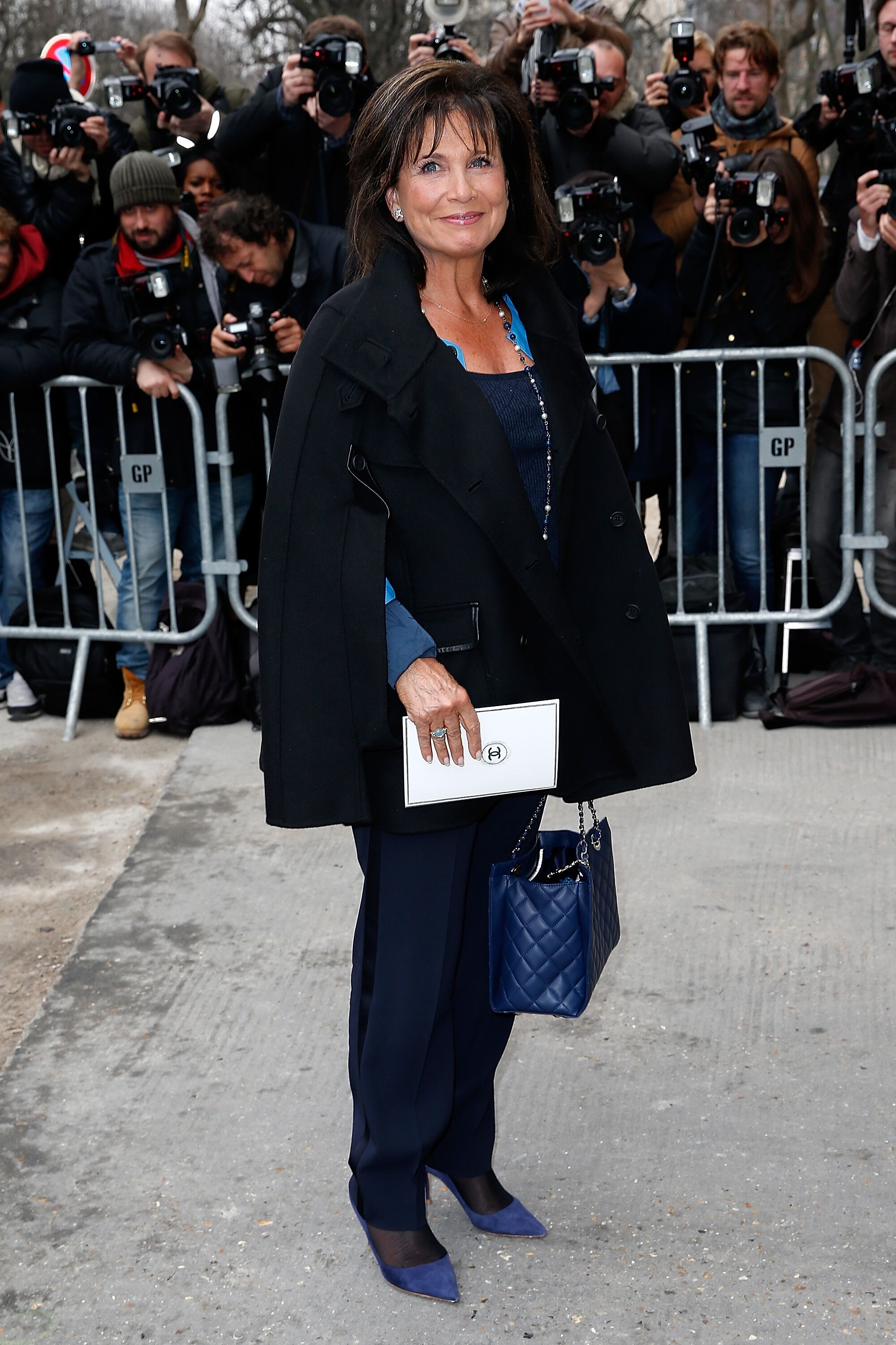 Anne Sinclair assiste au défilé Chanel dans le cadre de la Fashion Week de Paris Automne / Hiver 2015/2016 le 10 mars 2015 à Paris, France. | Photo : Getty Images