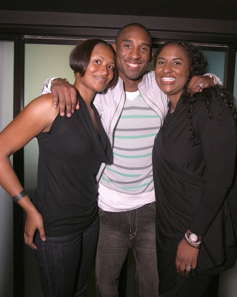 Kobe Bryant with his sisters, Sharia Bryant & Shayla Bryant at LAX Nightclub on Oct. 14, 2009 in Las Vegas | Photo: Getty Images