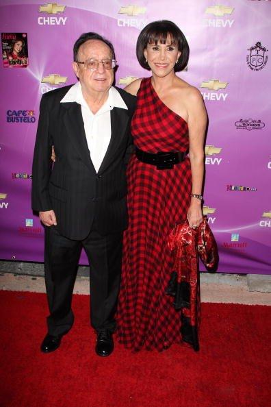 El actor Roberto Gómez Bolanos y la actriz Florinda Mesa posan en los Premios FAMA 2008 en el Centro Gusman para las Artes Escénicas el 29 de octubre de 2008 en Miami. | Fuente: Getty Images