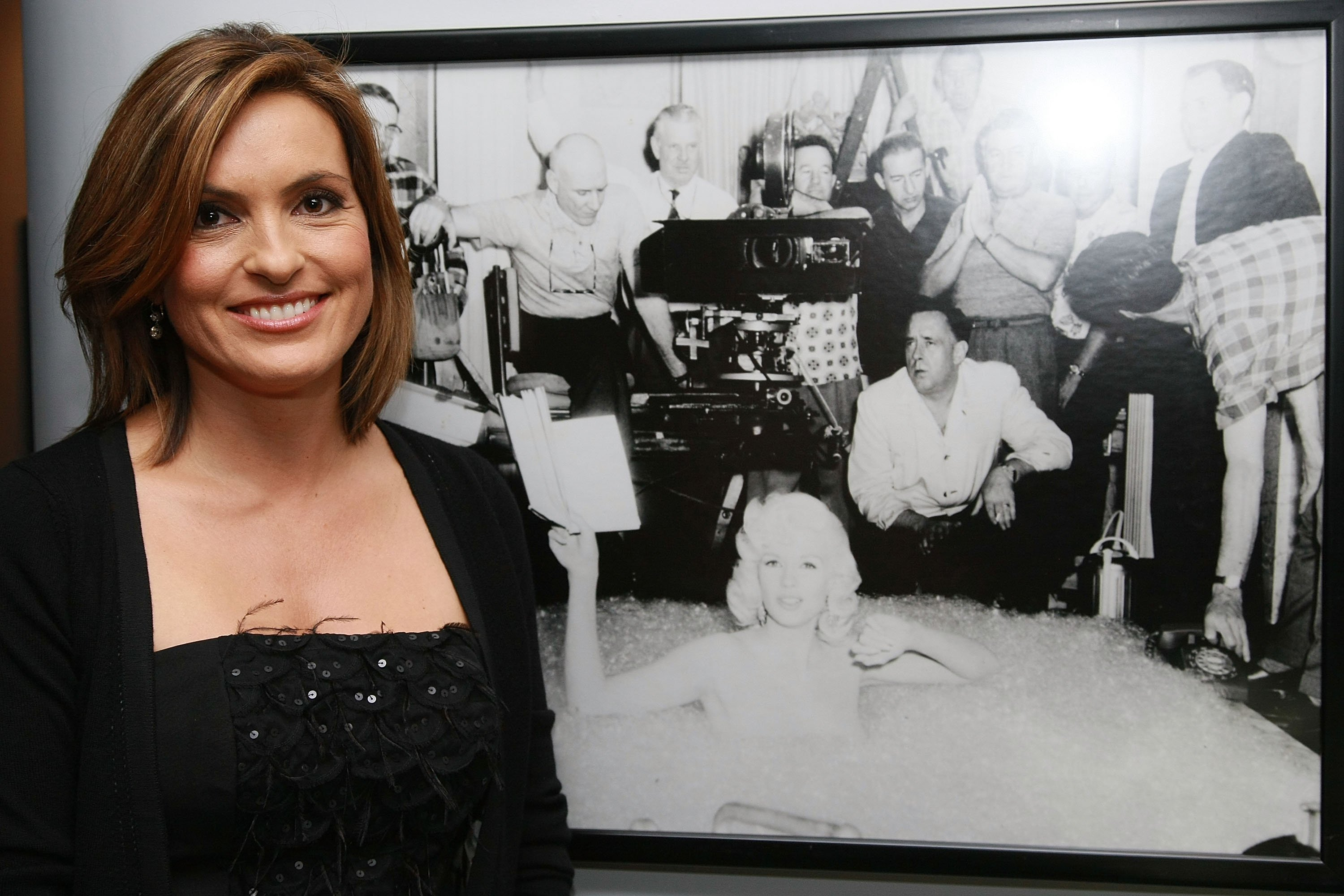 Mariska Hargitay next to a picture of her late mother Jayne Mansfield. I Image: Getty Images.