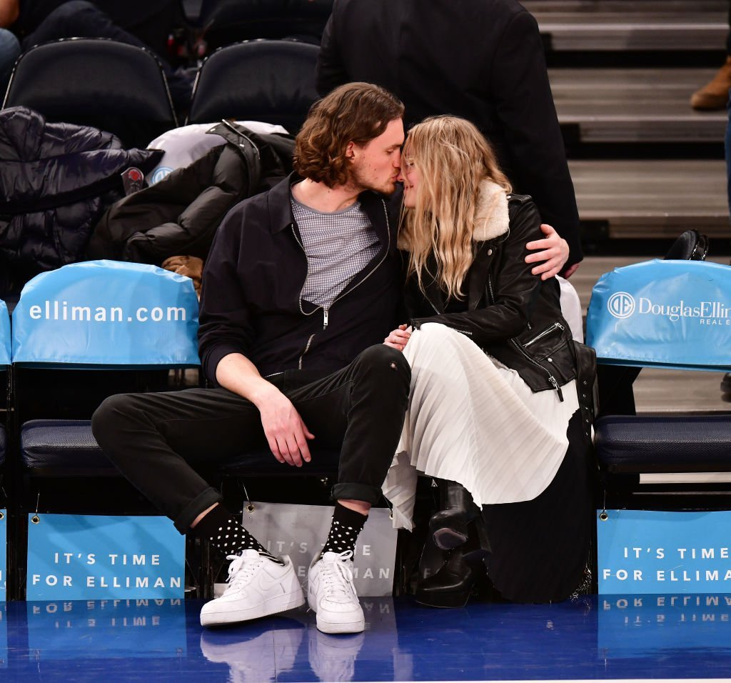 Dakota Fanning and Henry Frye get intimate at a New York Knicks vs Milwaukee Bucks game in New York City on February 6, 2018 | Photo: Getty Images