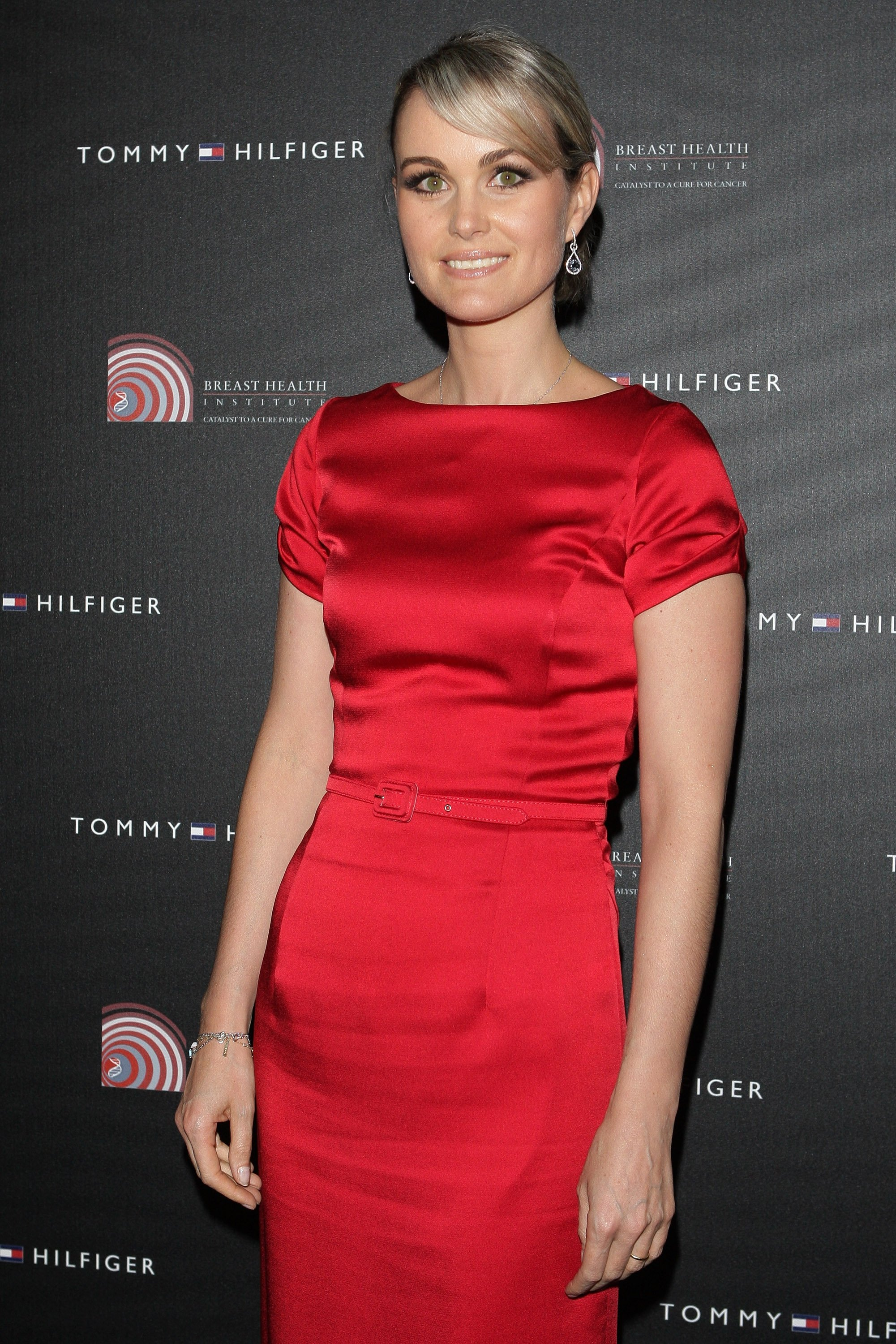 Laeticia Hallyday pose en robe rouge | photo: Getty Images