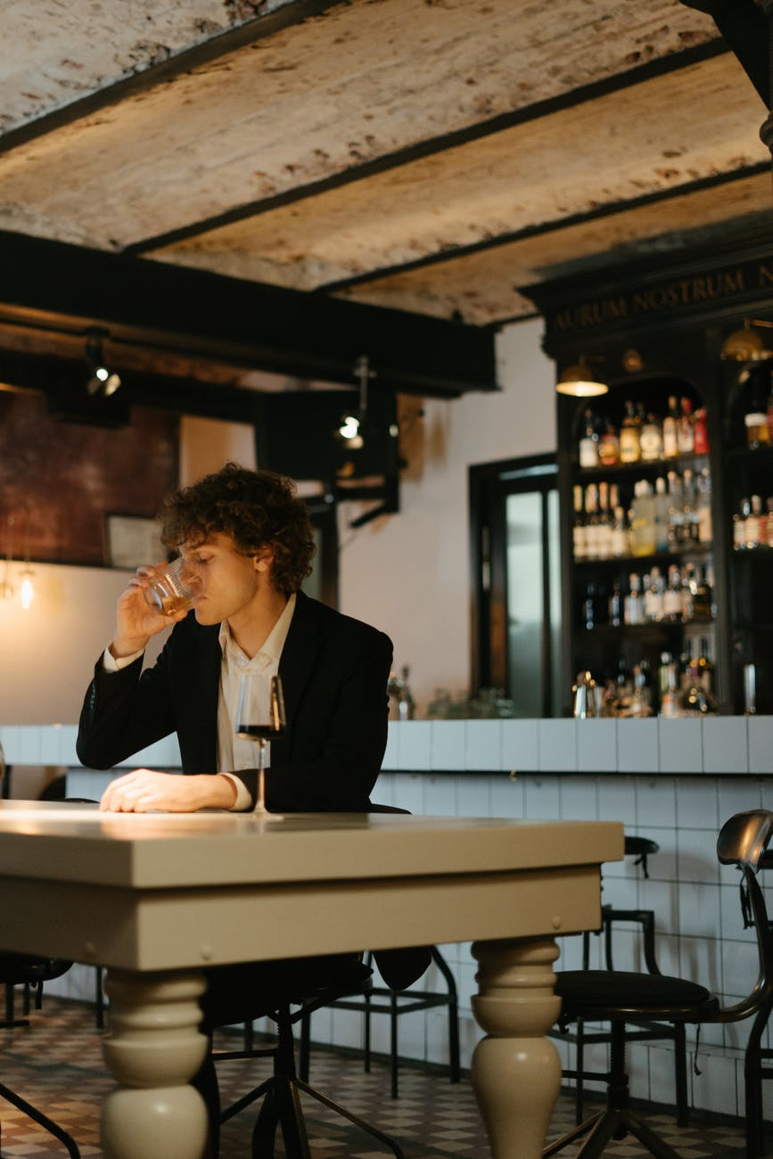A depressed man drinking at the bar. | Photo Pexels.