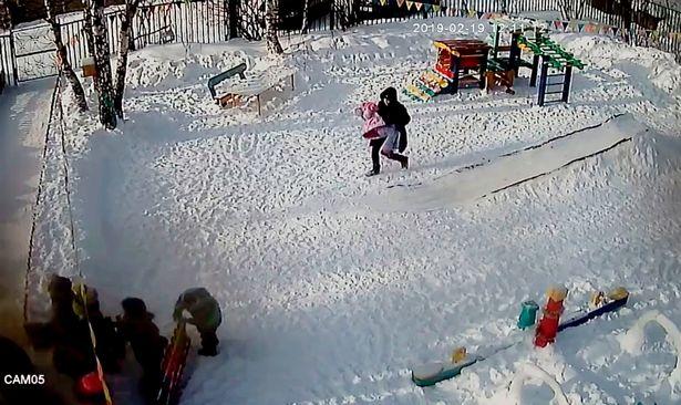 Mujer lleva a la niña inconsciente en sus brazos   Foto: YouTube/Live2019