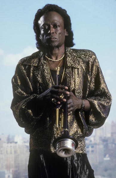 Miles Davis posing for a photo.| Photo: Getty Images