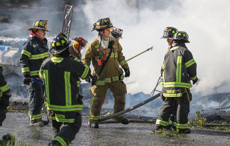 Des pompier qui éteignent le feu | Photo : Unspalsh