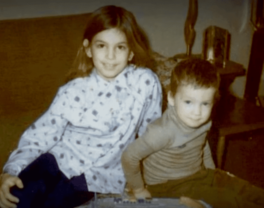 Cindy Crawford and her baby brother Jeff who died due to cancer at 3 years old. | Source: YouTube/OWN