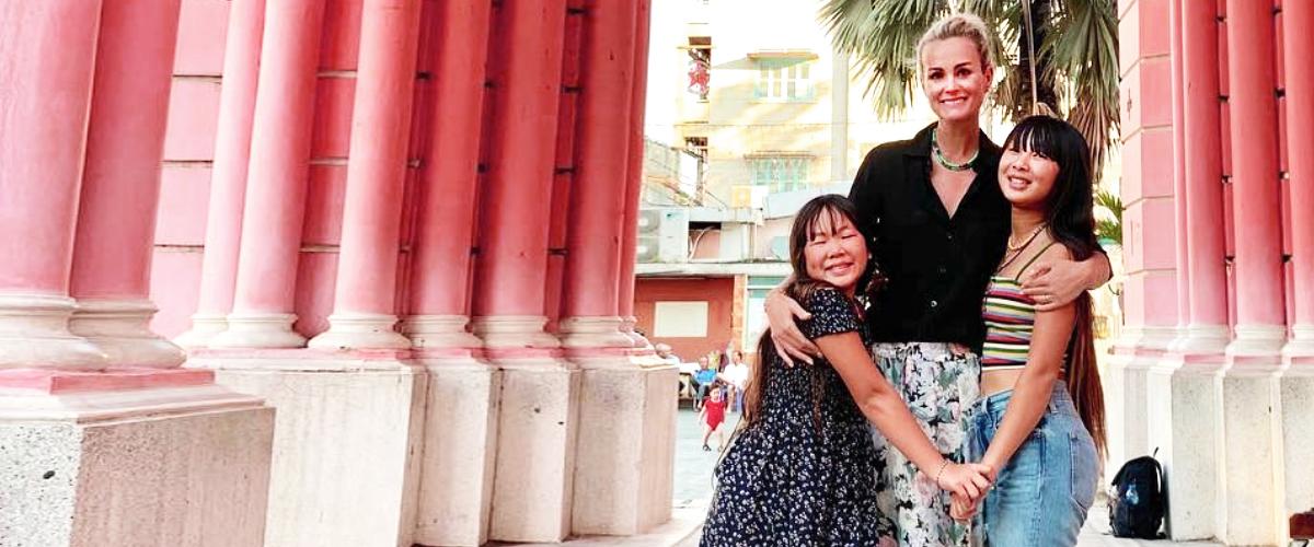 Laeticia Hallyday s'amuse au Puy du fou avec ses filles, Jade et Joy, et Jean Reno