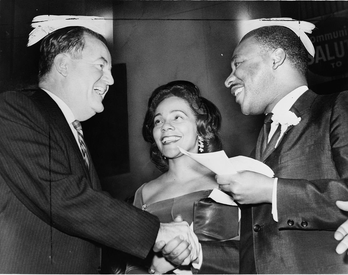 Coretta Scott, Martin Luther Kind and Vice President-elect Hubert Humphrey on December 17, 1964. | Photo: Wikimedia Commons Images
