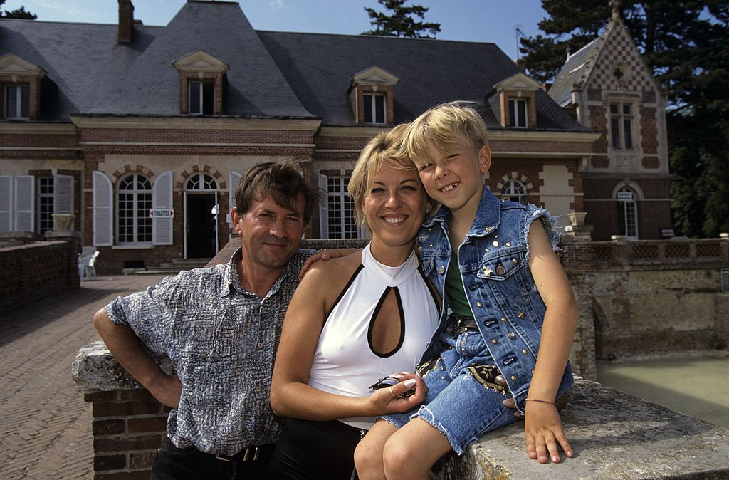 Jordy Lemoine entouré de ses parents Patricia et Claude Lemoine | source : Getty Images
