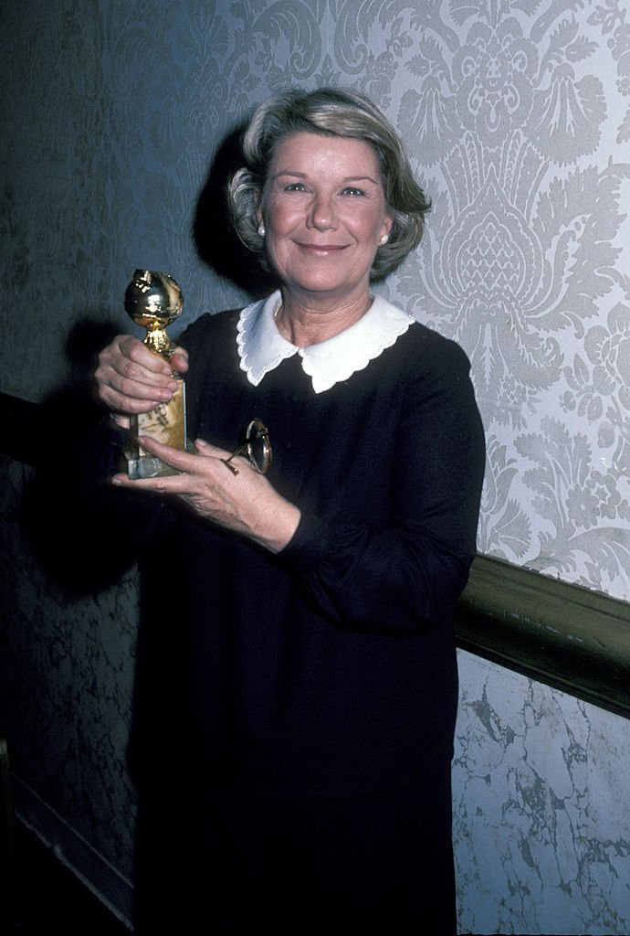 A photo of late Barbara Bel Geddes during the 39th Annual Golden Globe Awards holding an award on January 30, 1982, in Beverly Hills, California. | Photo: Getty Images.