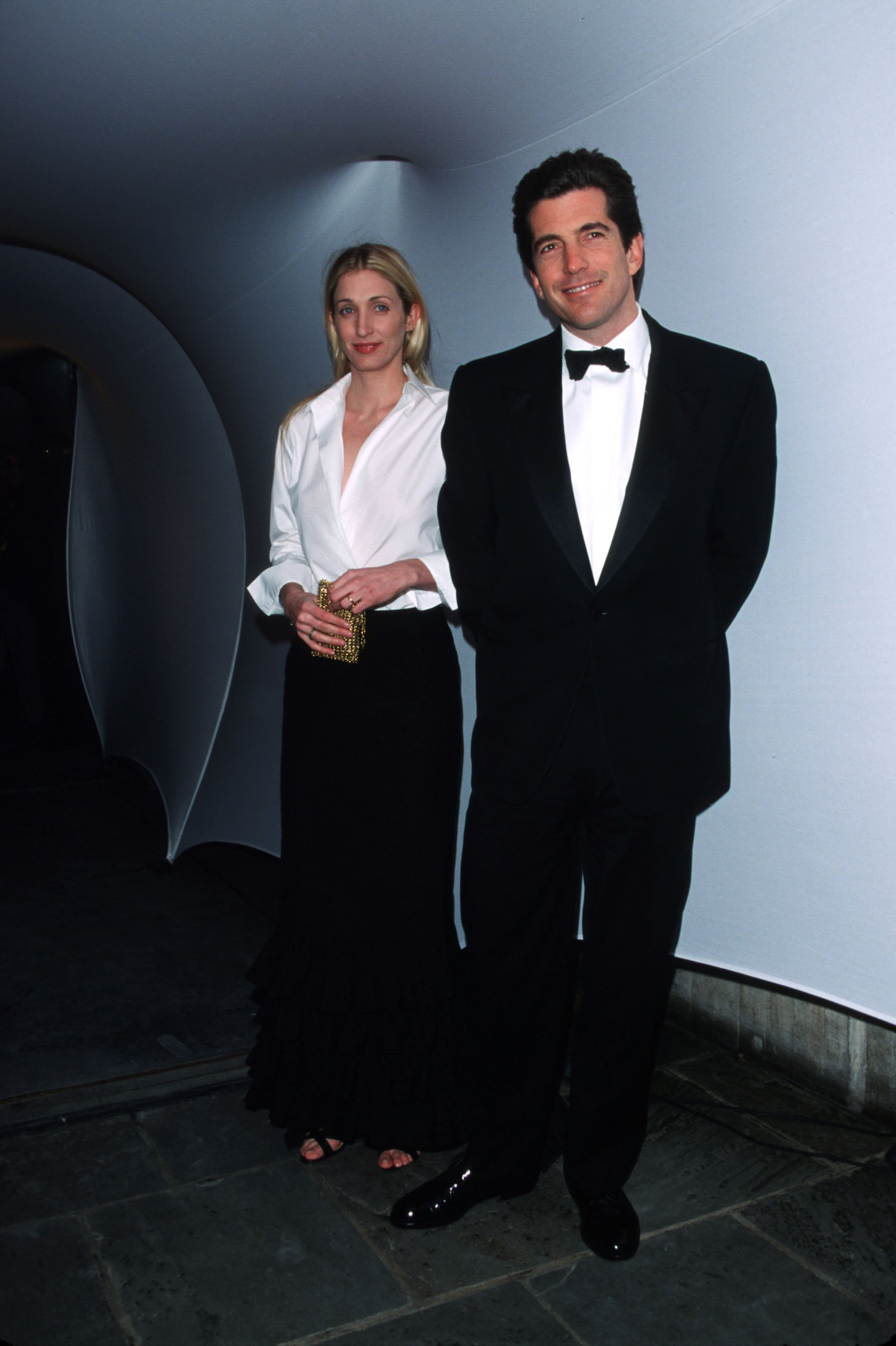 John F. Kennedy, Jr. and his wife Carolyn Bessette pose for a picture at the Annual Fundraising Gala on March 9, 1999, in New York City. | Source: Getty Images.