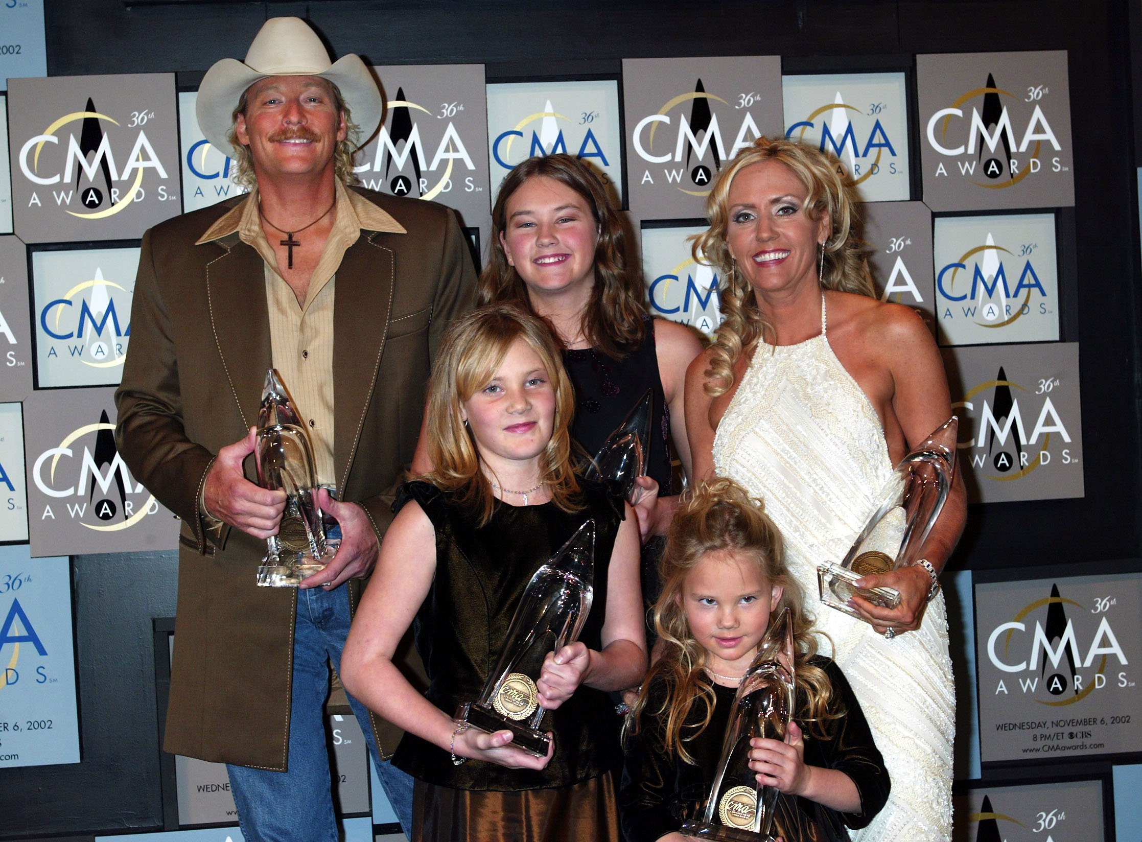 Alan, his wife Denise Jackson, and their three children at the Country Music Awards | Photo: Getty Images