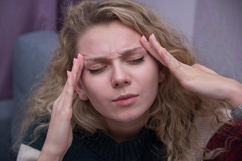 Mujer con las manos en la cabeza. Fuente: Shutterstock