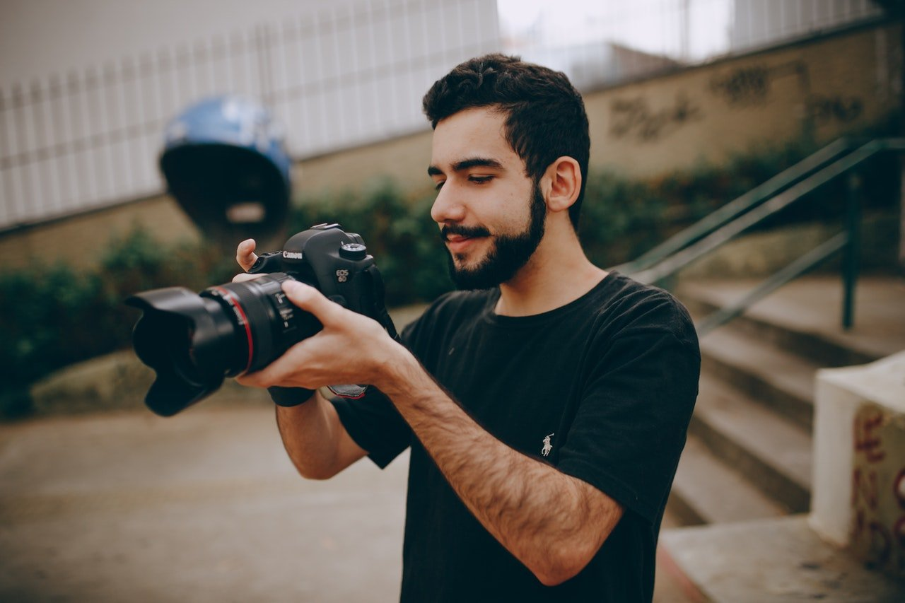 Photo of a photographer using a camera   Photo: Pexels