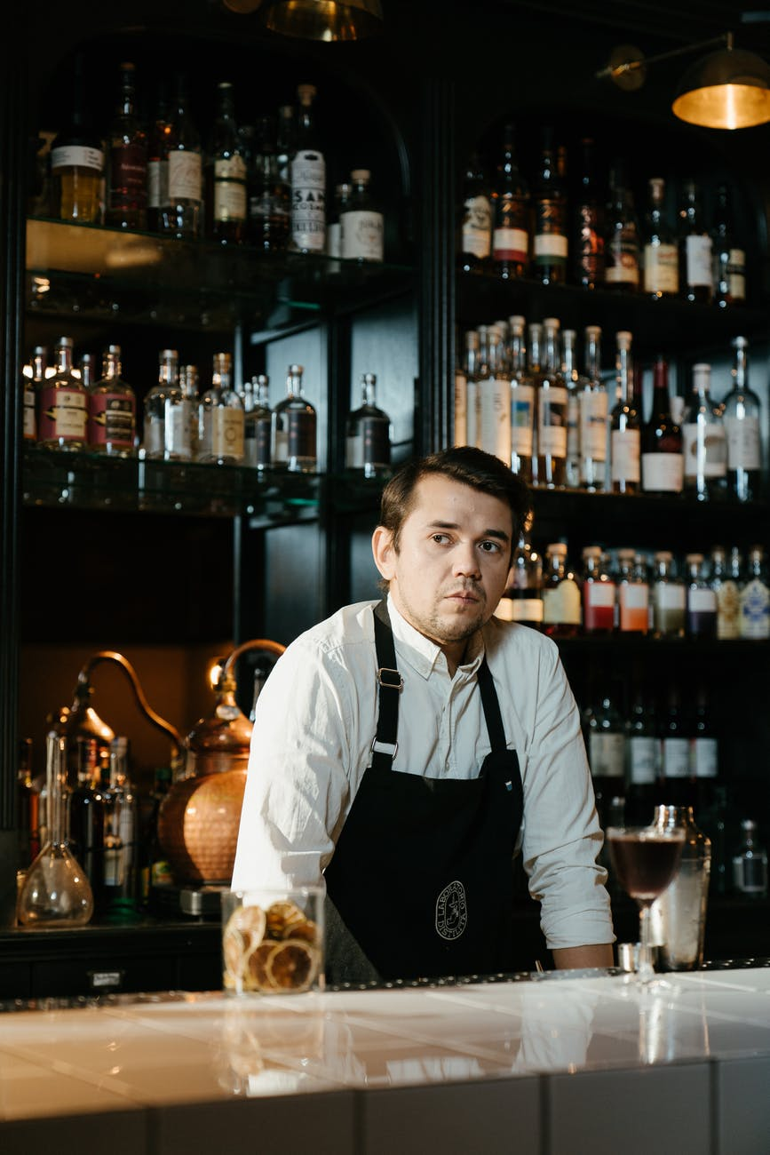 A frustrated bartender serving at the bar. | Photo: Pexels.