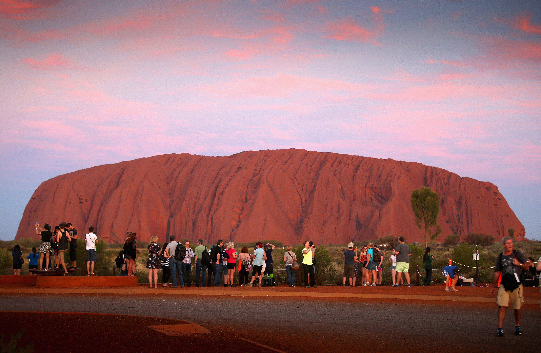 Turistas fotografían el Parque Nacional Uluru-Kata Tjuta en Australia || Fuente: Getty Images
