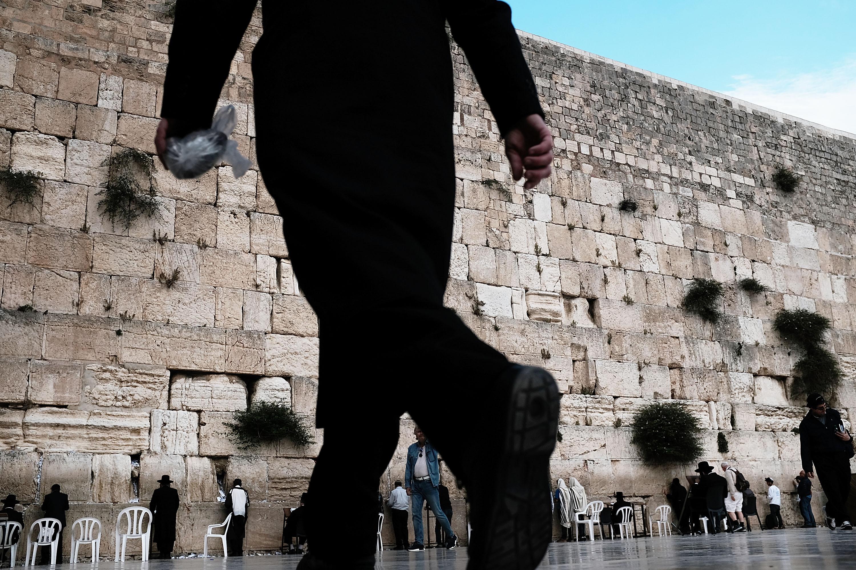 Hombres rezando en el Muro de los Lamentos || Fuente: Getty Images