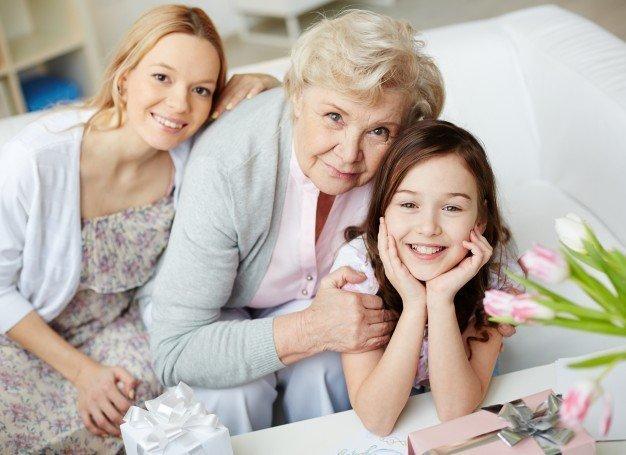 Une petite-fille avec sa mère et sa grand-mère.   Photo: Freepik
