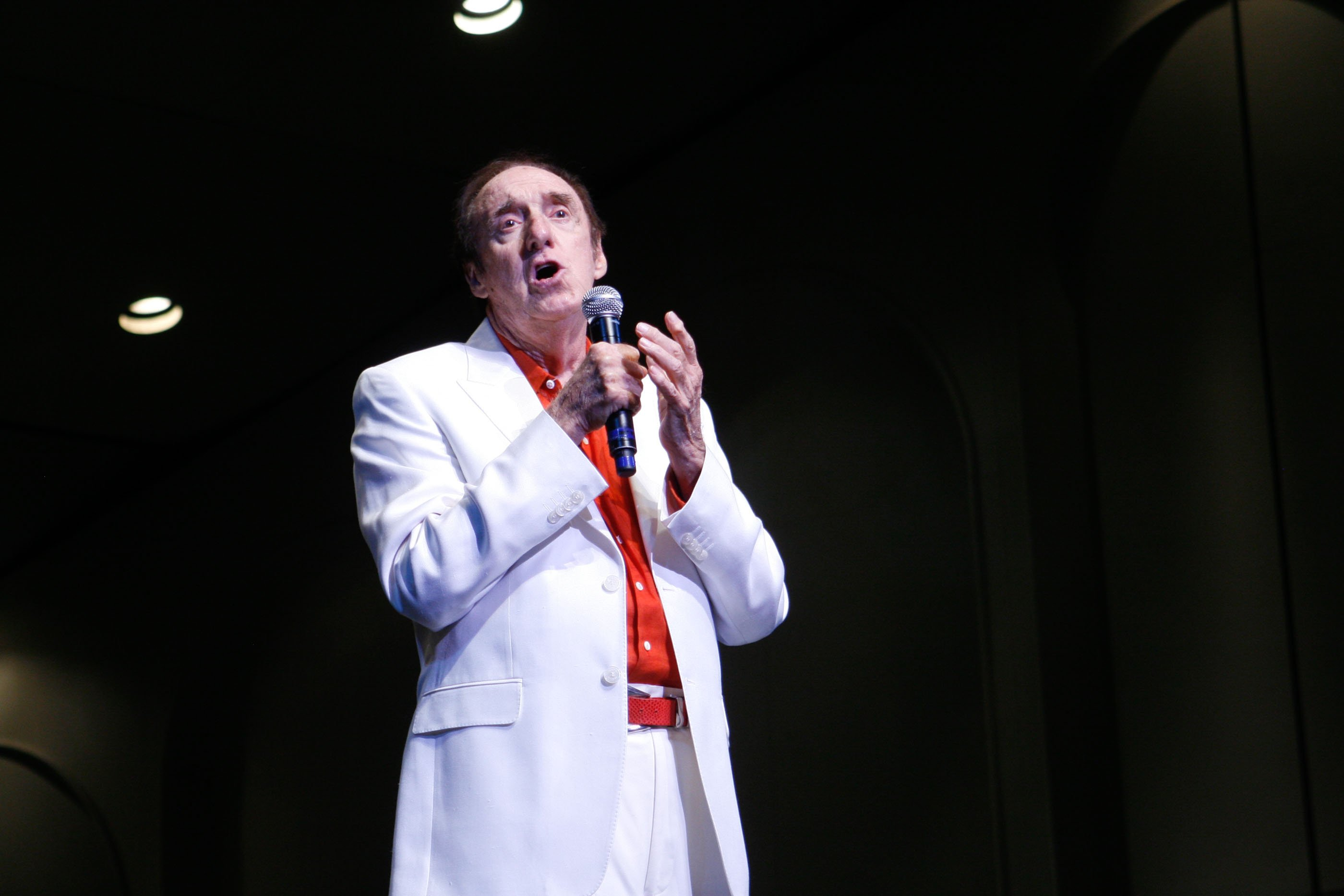 Jim Nabors sings 'Silent Night' during the Second Annual Na Mele o na Keiki, 'Music for the Children' at the Neal S. Blaisdell Center. | Source: Wikimedia Commons