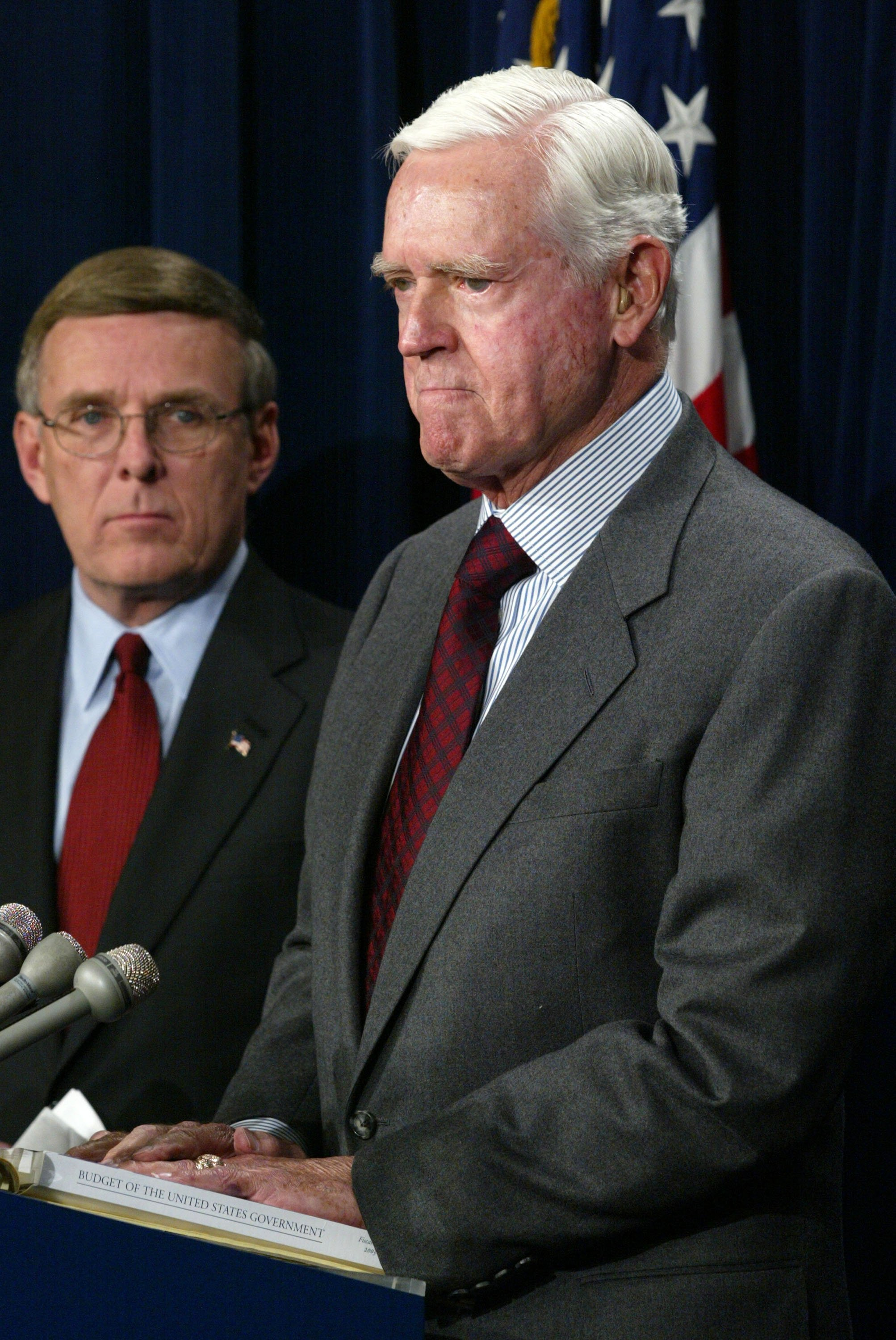 Senator Ernest Hollings standing next to Senator Byron Dorgan during a press conference on Capitol Hill | Photo: Getty Images