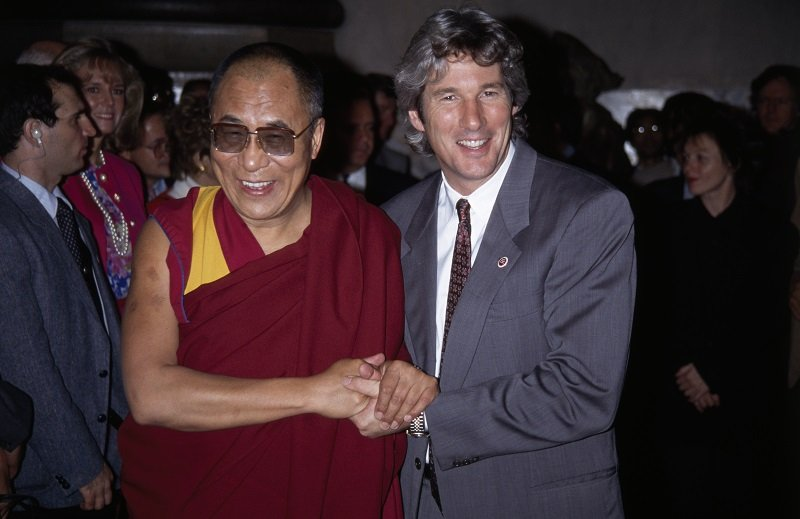 The Dalai Lama and Richard Gere at Yale College on October 10, 1991 | Photo: Getty Images