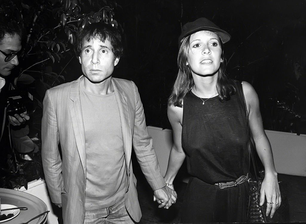 Paul Simon and Carrie Fisher holding hands during an outing in New York City on January 1, 1980. | Photo: Getty Images.