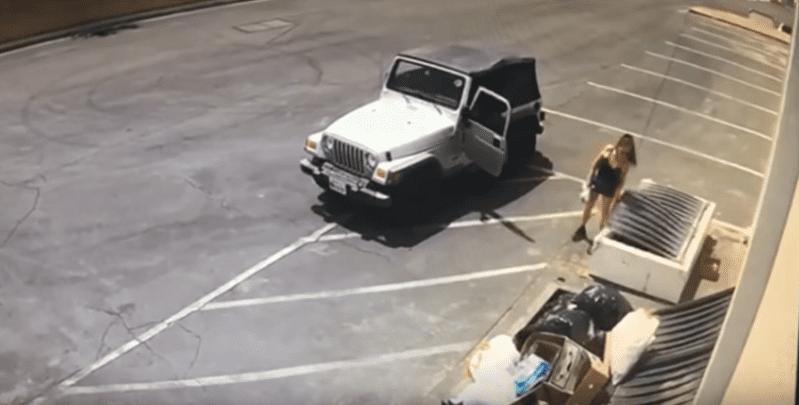 Deborah Sue Culwell sortant d'une jeep blanche et scrutant une benne à ordures utilisée pour les articles recyclables. | Youtube/RivCOanimalsPIO