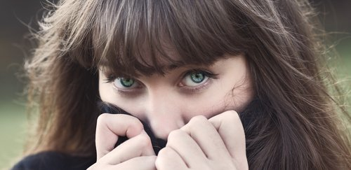 A shy young woman. | Source: Shutterstock.