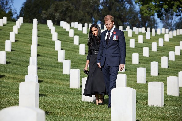 Le Duc et la Duchesse du Sussex déposent une couronne au cimetière national de Los Angeles. | Photo : Getty Images