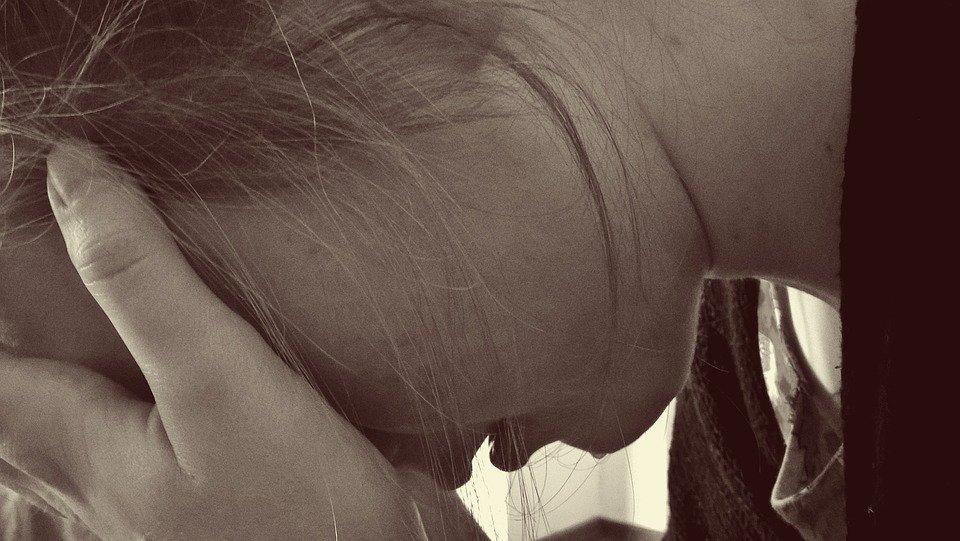 Mujer llorando posando su rostro sobre sus manos. | Imagen: Pixabay