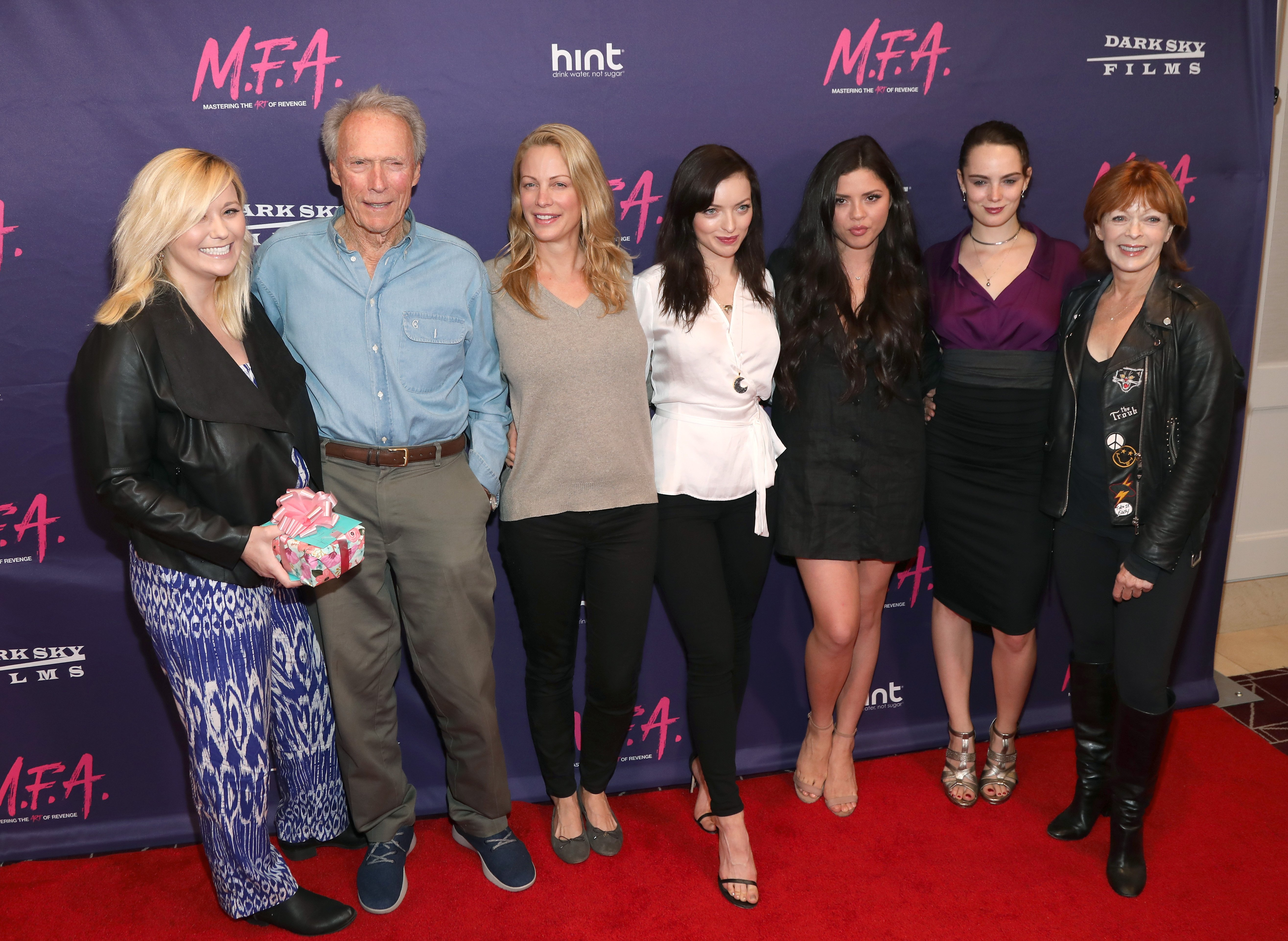 "Kathryn Eastwood, Clint Eastwood, Alison Eastwood, Francesca Eastwood, Morgan Eastwood und Francis Fisher nehmen an der Premiere von ""M.F.A."" von Dark Sky Films teil, im London West Hollywood am 2. Oktober 2017 in West Hollywood, Kalifornien 