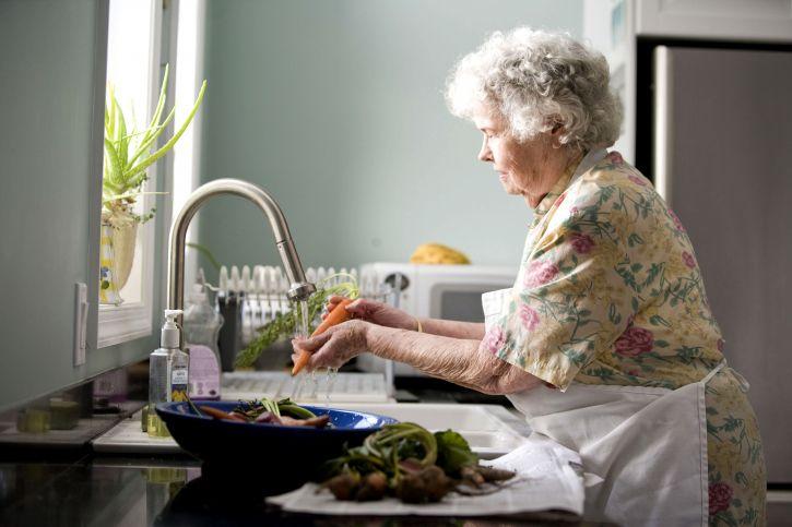 Abuela cocinando. | Imagen tomada de:Pixnio