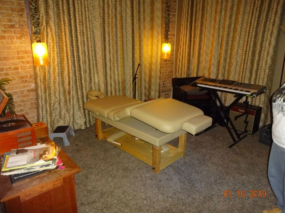 Massage table in R. Kelly's studio in Chicago | Source: NBC Chicago