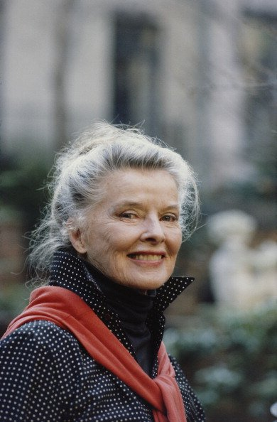 Katharine Hepburn outside her house on East 48th Street in Manhattan, New York City, May 1987. | Photo: Getty Images