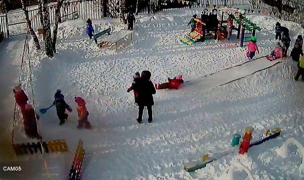 En la parte superior derecha se observa a la niña colgada de la capucha en el parque   Foto: YouTube/Live2019