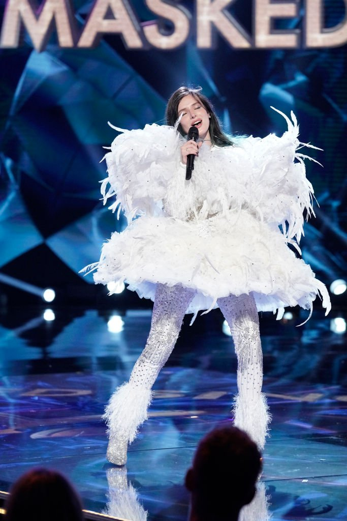 Bella Thorne in the It Never Hurts to Mask: Group C Playoffs episode of THE MASKED SINGER airing Wednesday, March 18 | Photo: Getty Images