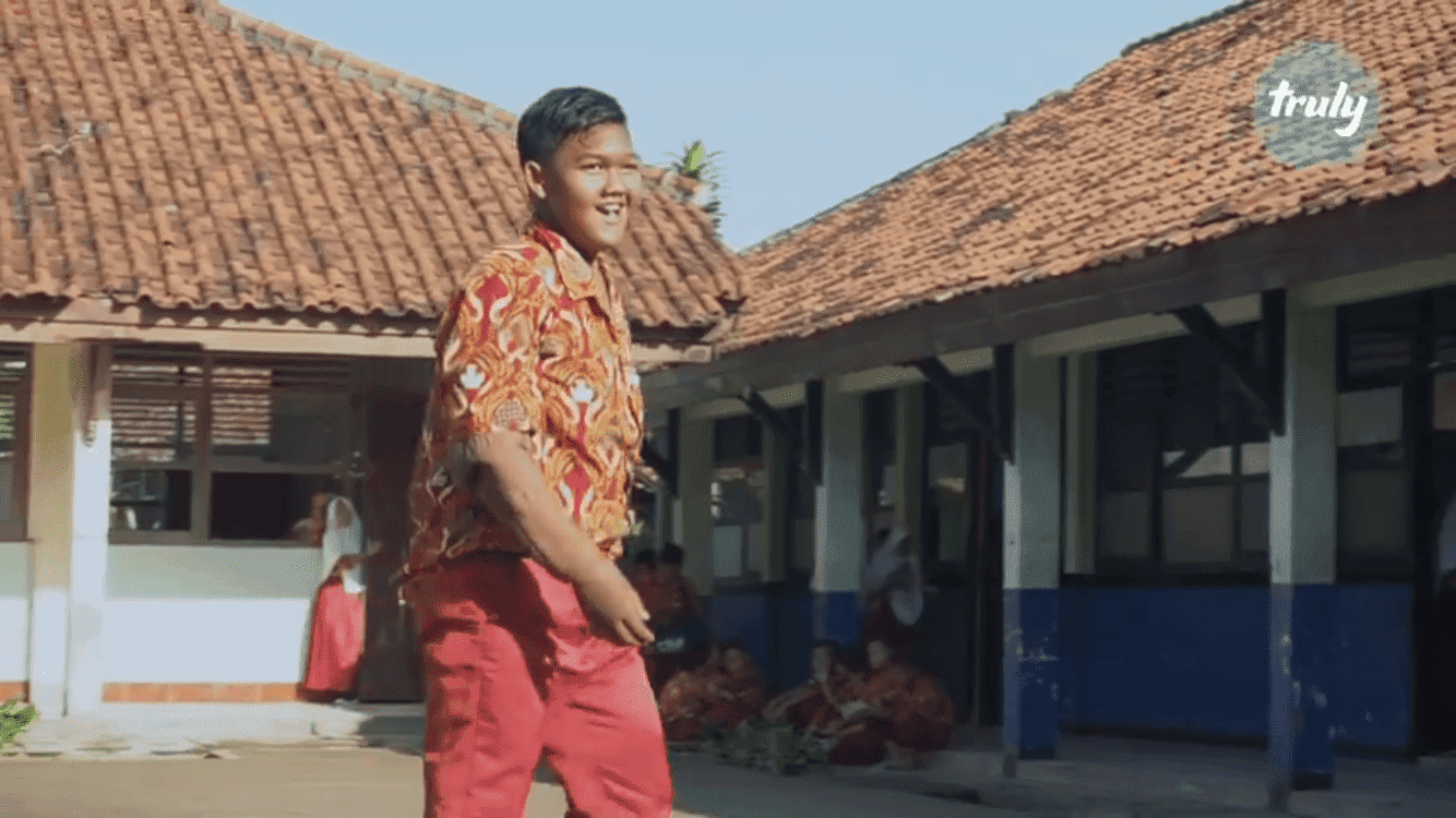 Arya Permana walking on the streets after a huge weight loss | Photo: Youtube/Barcroft Tv