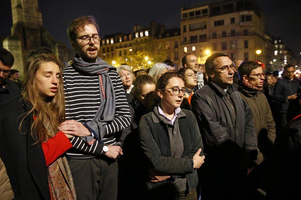 Los parisinos rezan junto a la catedral de Notre-Dame el 15 de abril de 2019 en París, Francia, mientras esta se quema.   Imagen: Getty Images.