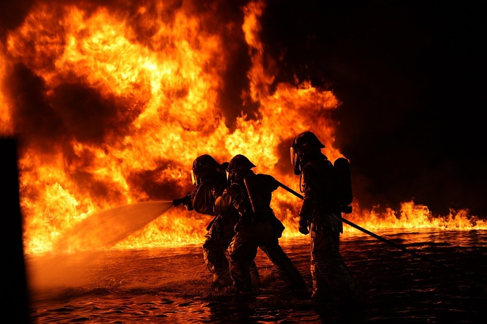 Fire responders braving the flames as they try to put out the fire. | Photo: Pixabay