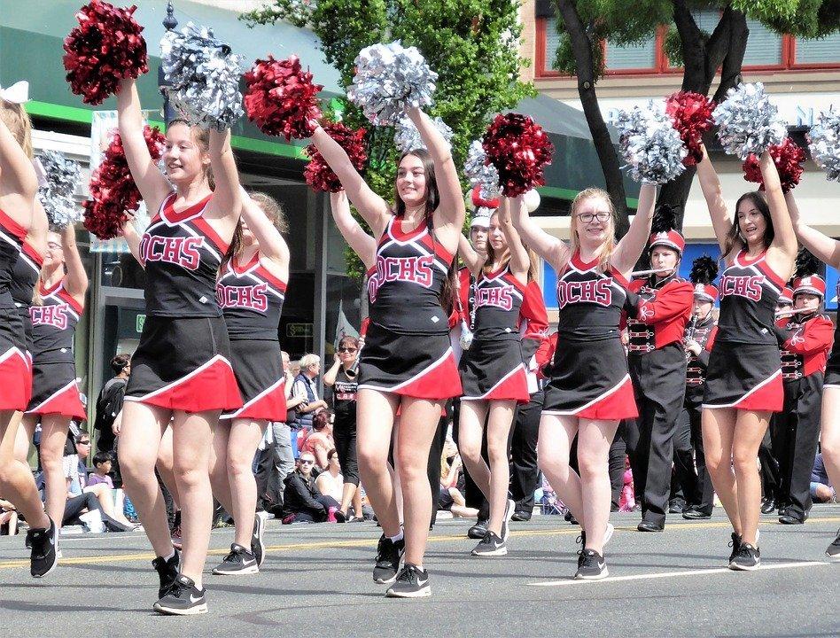 A group of cheerleaders at a parade. | Photo: Pixabay