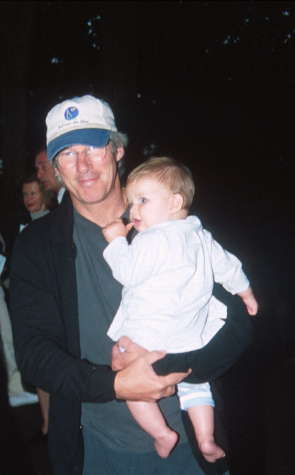 Richard Gere y su hijo Homer James Jigme Gere en agosto del 2000 en Watermill, Nueva York || Fuente: Getty Images