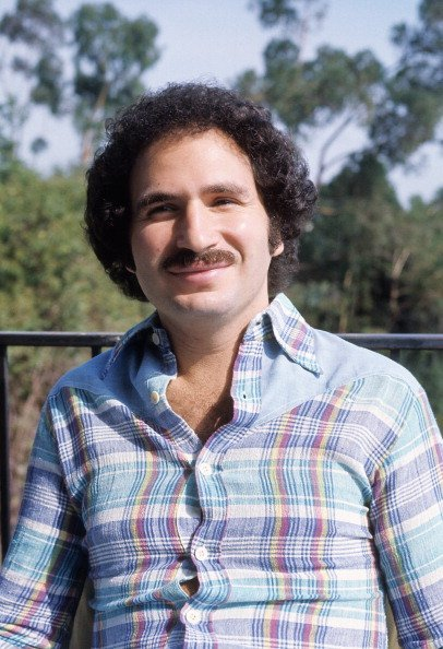 Gabe Kaplan poses for a portrait in circa 1985 in Los Angeles | Photo: Getty Images