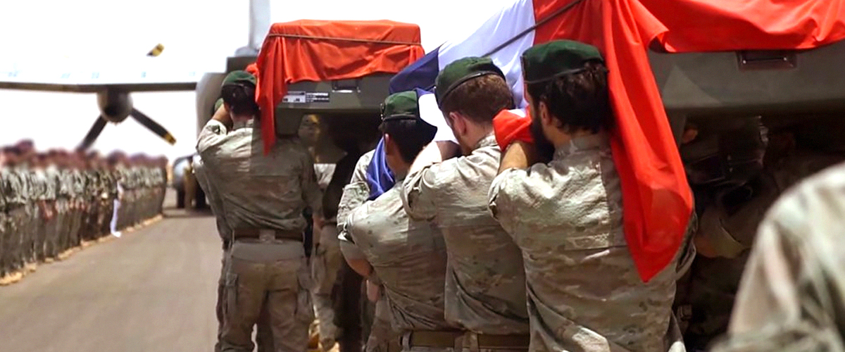 La France rend un douloureux hommage aux deux soldats morts au Burkina Faso